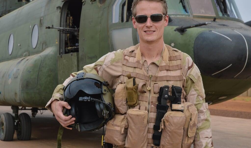 Pieter Room bij de Chinook die hij verruilt voor een vliegtuig van hulporganisatie MAF.  (beeld maf)