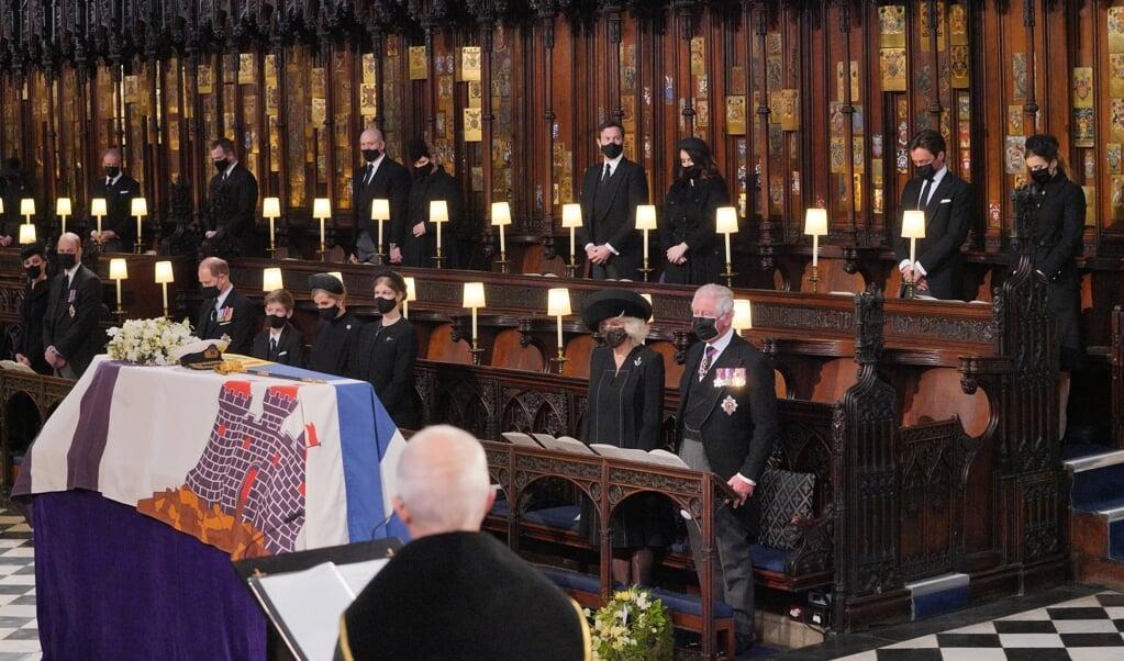 De kist van prins Philip in de kapel van Windsor Castle, tijdens de begrafenisdienst afgelopen zaterdag.  (beeld afp / Dominic Lipinski)