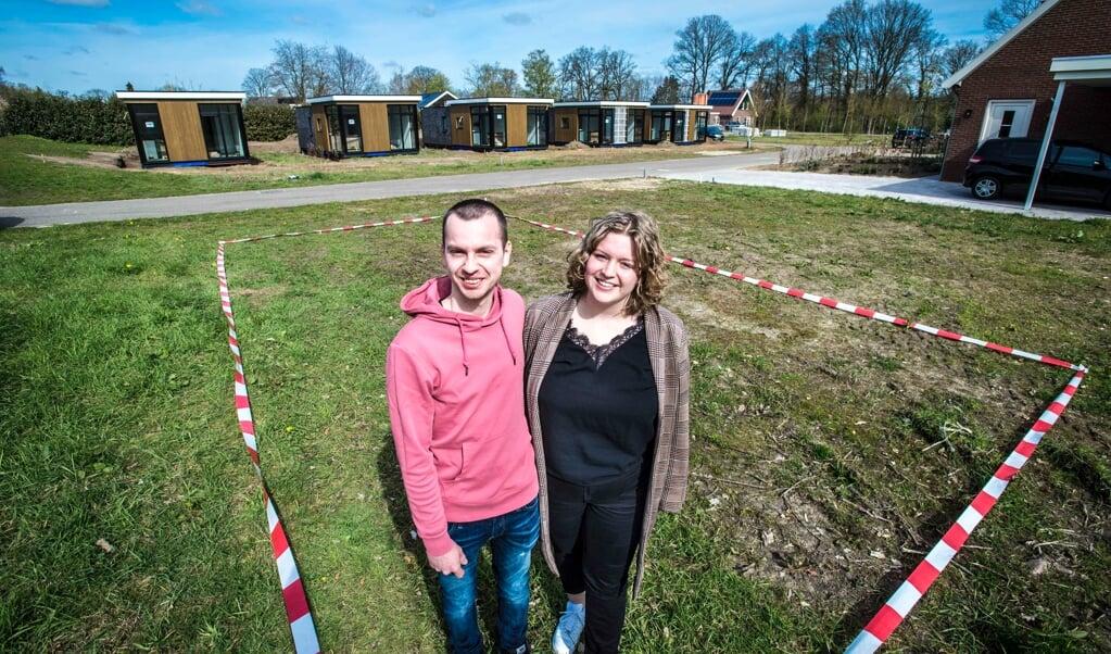 Imre Hoftijzer en zijn vriendin Marit op de plek waar hun 'uuthuuske' komt  (beeld Carel Schutte)