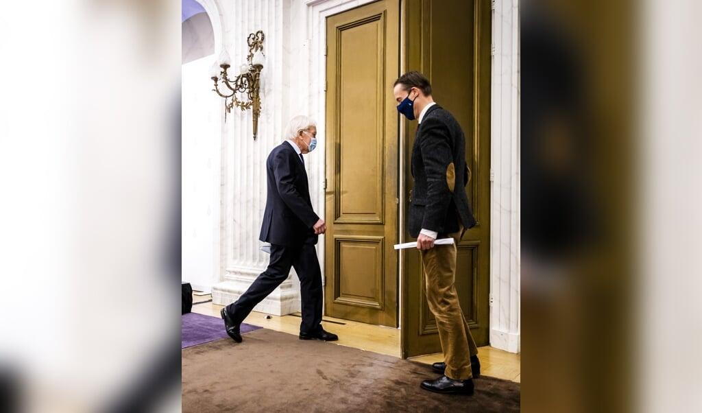 Herman Tjeenk Willink vertrekt na de persconferentie over zijn eindverslag.  (beeld anp / Remko de Waal)