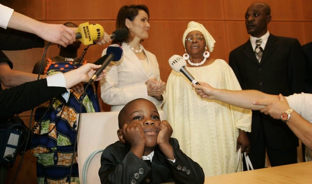 Voormalig staatssecretaris Albayrak (midden) reikte in 2007 op het gemeentehuis in Den Bosch de eerste verblijfsvergunningen uit aan een familie die onder de generaal pardonregeling vielen.  (beeld anp / Ed Oudenaarden)