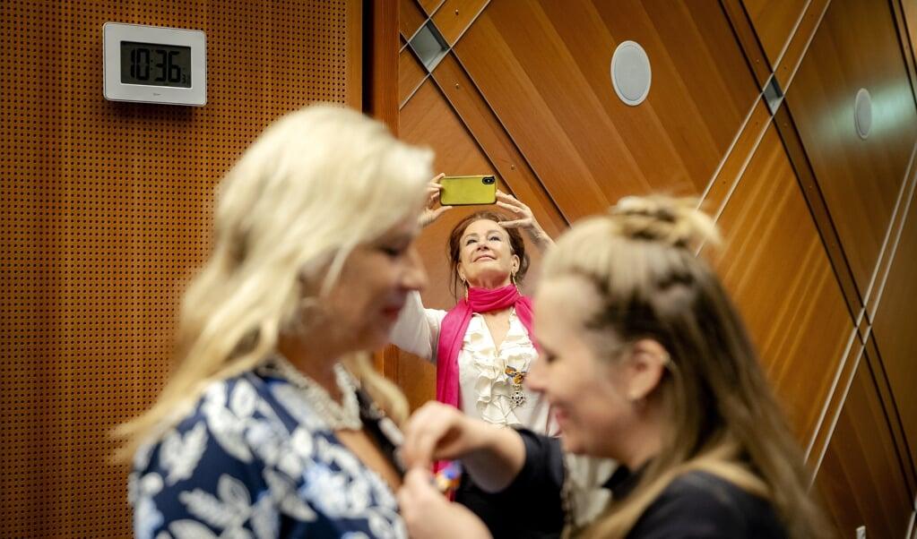 Longartsen Wanda de Kanter (l) en Pauline Dekker (m) hebben een lintje gekregen voor hun strijd voor een rookvrije samenleving.  (beeld anp / Robin van Lonkhuijsen)