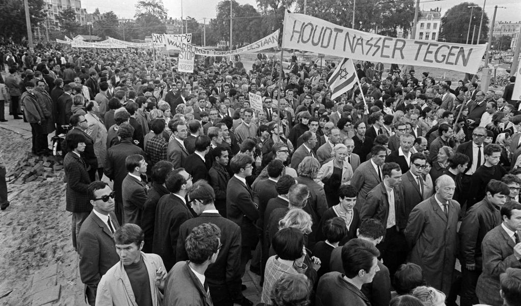Demonstratie in Amsterdam op 5 juni 1967 tegen de Egyptische president Nasser, die Israël wilde vernietigen.  (beeld anp)