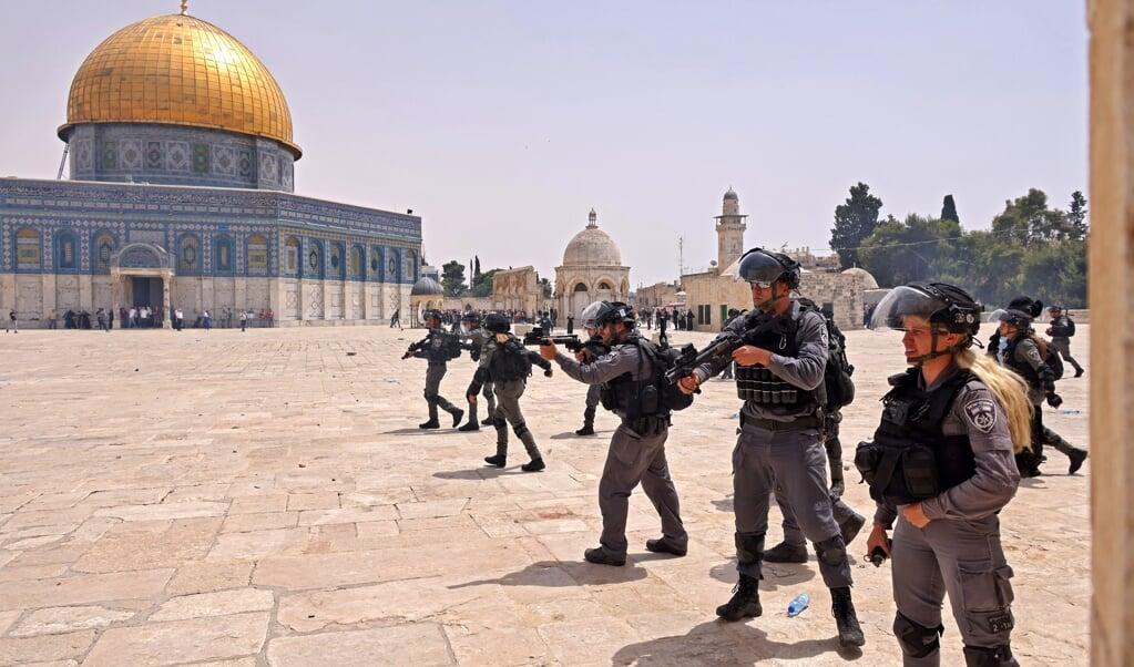 Vrijdag greep de Israëlische politie opnieuw hard in bij de Al-Aqsamoskee.  (beeld afp / Ahmad Gharabli)