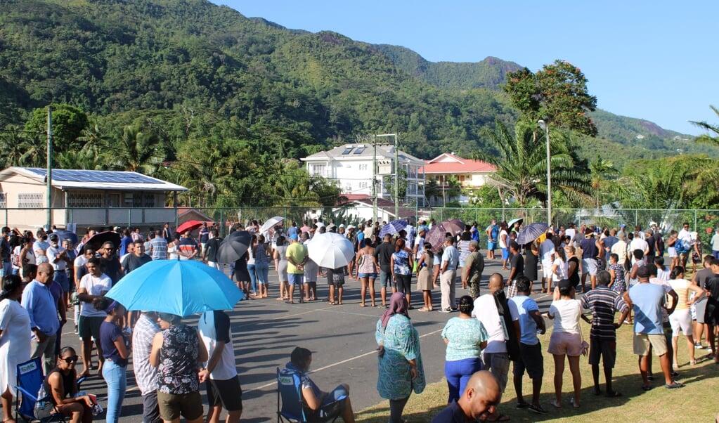 Inwoners van Victoria, de hoofdstad van de Seychellen.  (beeld afp / Rassin Vannier)