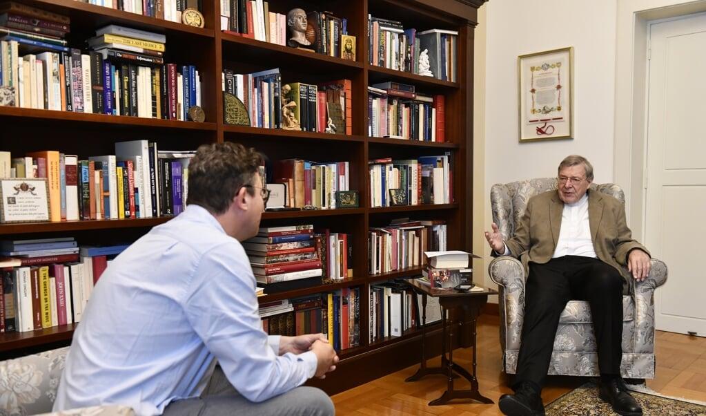 Kardinaal Pell tijdens het interview met het Nederlands Dagblad in zijn appartement in Rome.  (beeld Paolo Galosi)