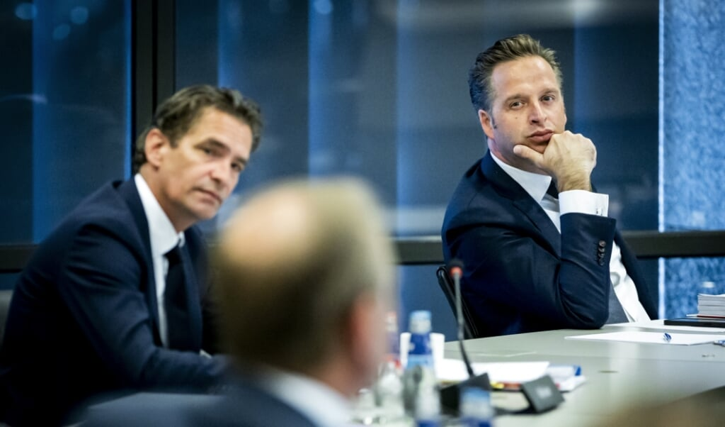 Bas van 't Wout, demissionair minister van Economische Zaken en Klimaat, en demissionair minister Hugo de Jonge (Volksgezondheid, Welzijn en Sport) tijdens het wetgevingsoverleg in de Troelstrazaal.   (beeld anp / Remko de Waal)