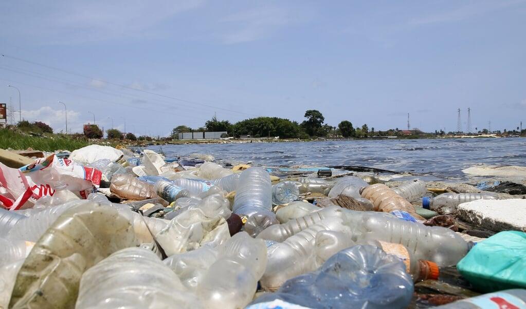 Strand in Ivoorkust bezaaid met aangespoeld wegwerpplastic.  (beeld epa / Legnan Koula)