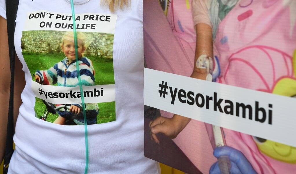 Demonstranten vragen om het beschikbaar maken van het medicijn Orkambi tijdens een protest in Londen in 2017. Het nieuwe middel, Kaftrio, is een opvolger ervan.  (beeld epa / Facundo Arrizabalaga)