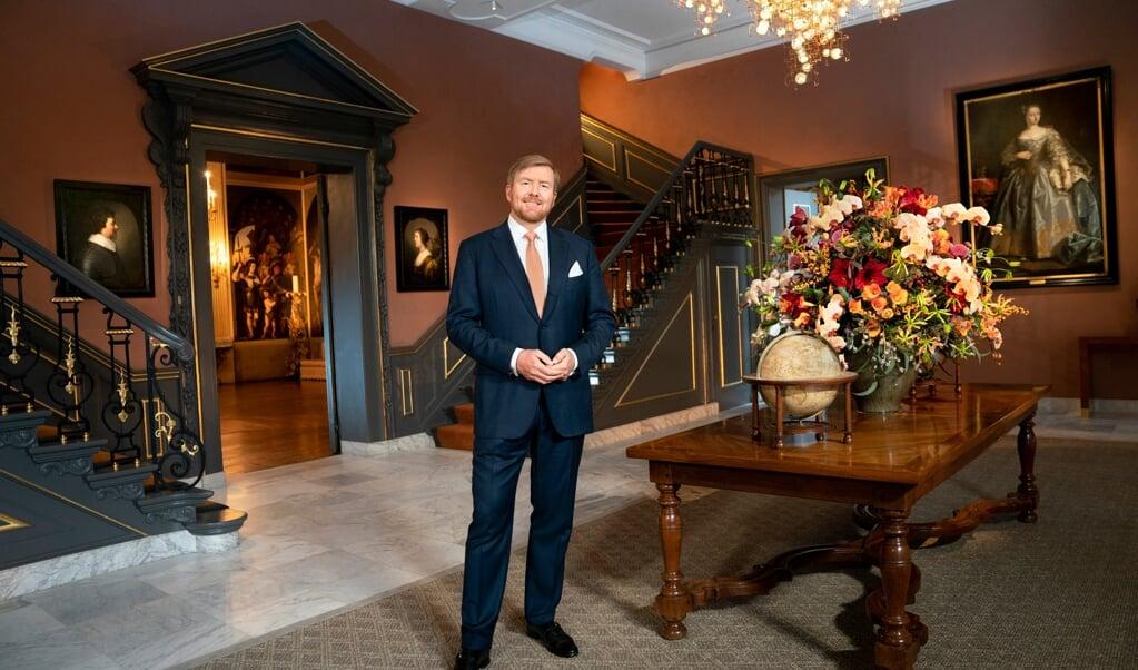 Koning Willem-Alexander in de vestibule van Huis ten Bosch, onder de kroonluchter van Studio Drift  (beeld Arenda Oomen Fotografie in opdracht van de Rijksvoorlichtingsdienst)