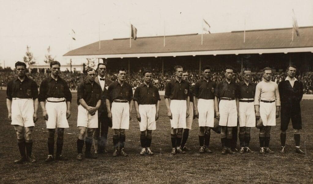 Een foto van het Nederlands Elftal uit beginjaren 1920, met links Jan de Natris.  (beeld nationaal archief den haag)