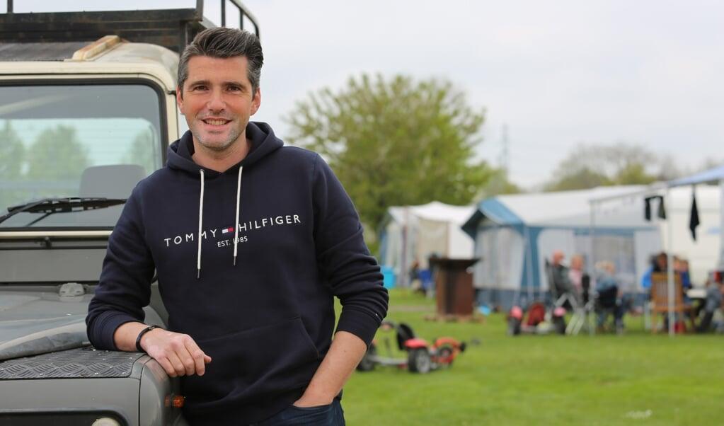 Matthijs Voskuil op camping De Grote Bremen in Oene, waar een van de 'pinkstervuurtjes' wordt gehouden.  (beeld Hidde Voskuil)