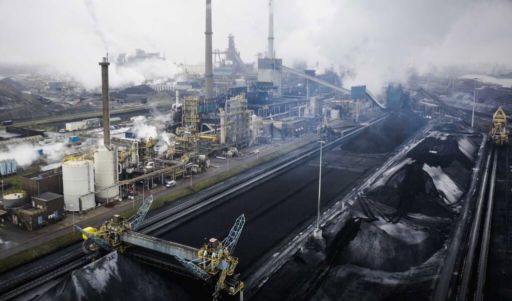 Een dronefoto van Tata Steel IJmuiden: de productieprocessen doen een aanslag op milieu en leefbaarheid.  (beeld epa / Sem van der Wal)