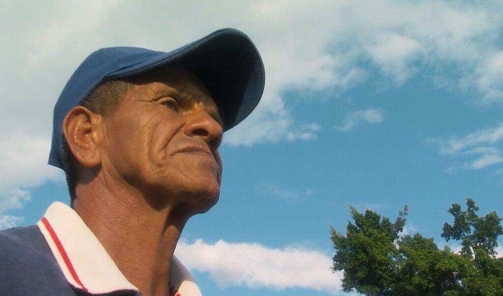 Still uit de documentaire De blinde voetbaltrainer.  (beeld Paul Cohen)