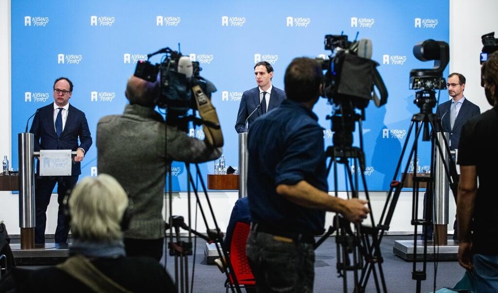 De ministers Koolmees, Hoekstra en Wiebes tijdens een persconferentie in 2020 over het steun- en herstelpakket.  (beeld anp / Sem van der Wal)