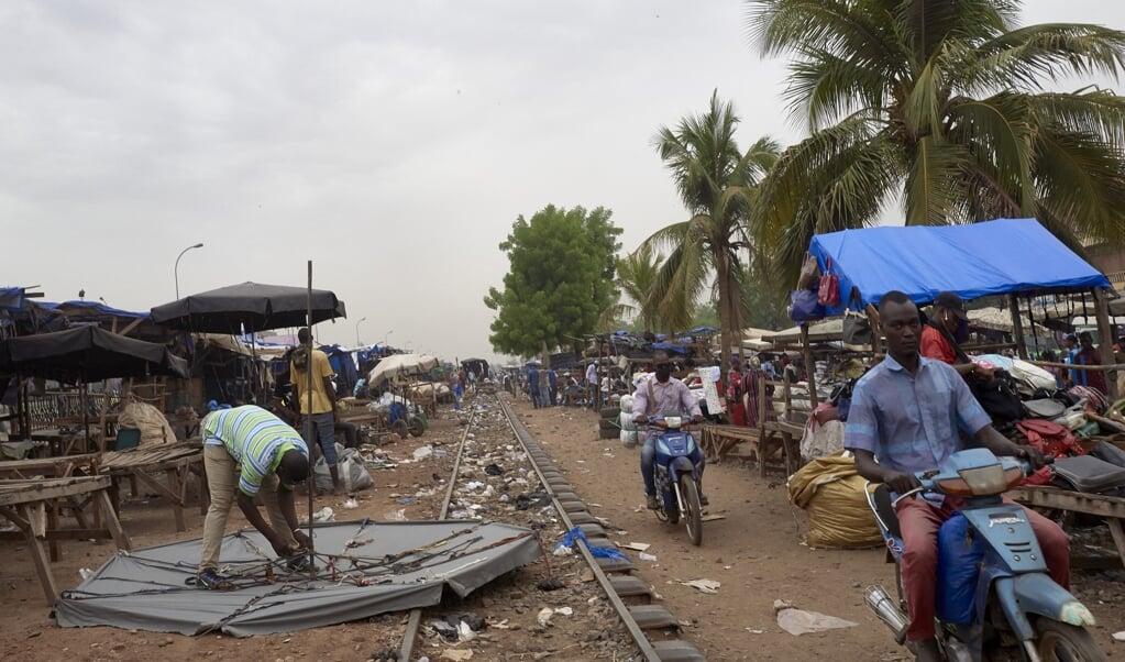 Op de markt van de Malinese hoofdstad Bamako, afgelopen week. In de stad is het na de coup tamelijk rustig gebleven.  (beeld afp / Michele Cattani)