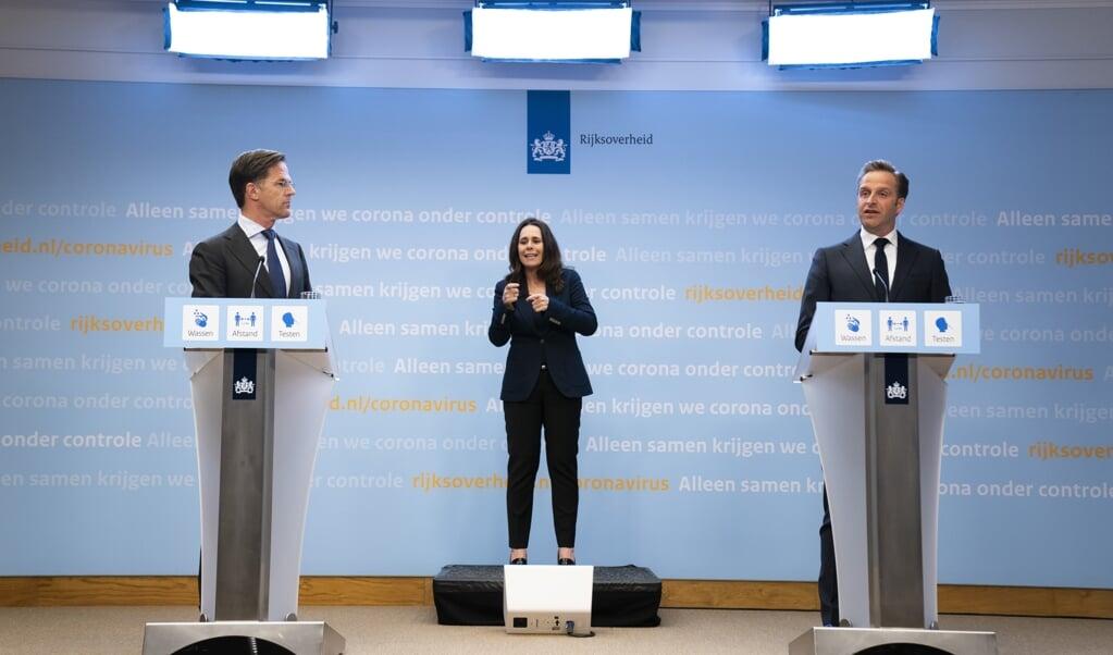 Demissionair premier Mark Rutte en demissionair minister Hugo de Jonge (Volksgezondheid, Welzijn en Sport) geven een toelichting op de coronamaatregelen in Nederland. Het kabinet maakt de voorwaarden voor versoepelingen bekend.  (beeld anp / Bart Maat)
