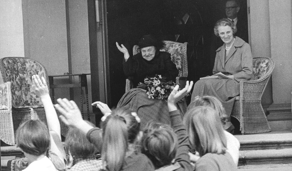 Kinderaubade voor prinses Wilhelmina op Paleis het Loo op 5 mei 1960, Bevrijdingsdag.  (beeld anp)