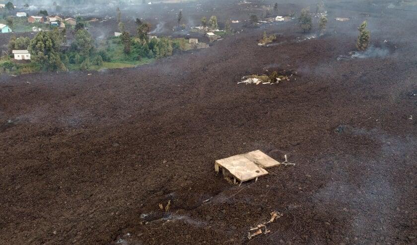Een luchtfoto van het gebied vlak bij de stad Goma, waar de lavastroom complete huizen meevoerde.  (beeld afp / Justin Katumwa)