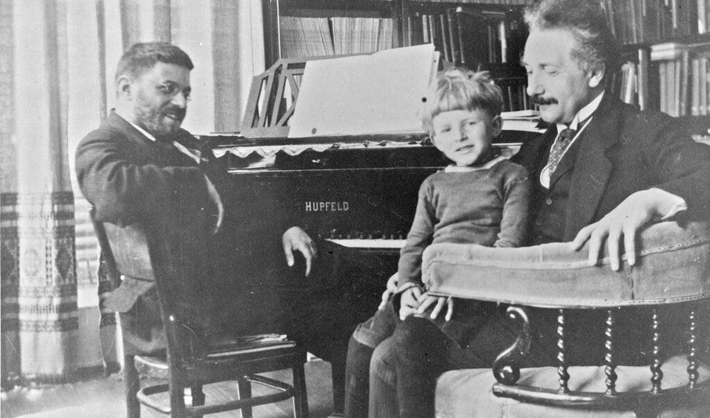 Albert Einstein (r.) op bezoek bij Paul Ehrenfest en diens zoontje.  (beeld wikipedia)