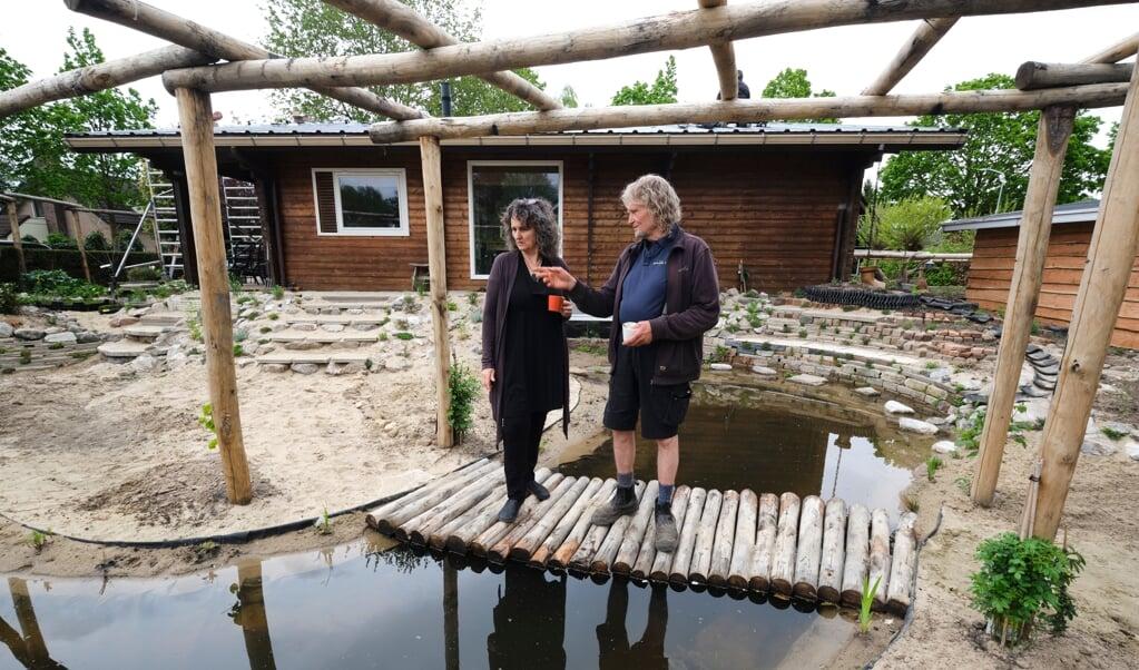 Celestine Kleijne laat een klimaatbestendige tuin aanleggen door Loek Gorris.  (beeld Dick Vos)
