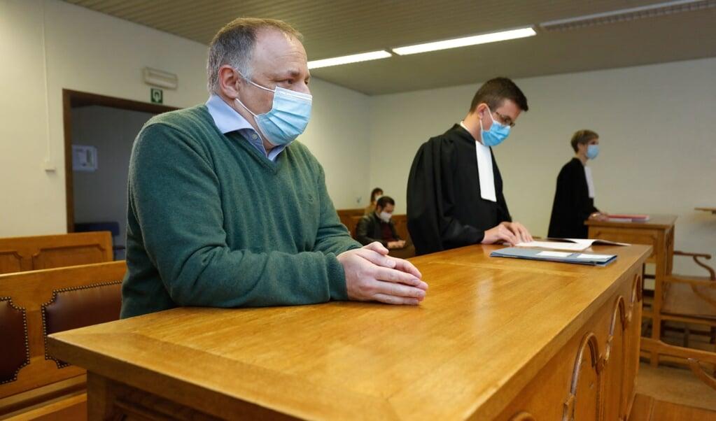 De Vlaamse viroloog Marc Van Ranst (links) in de rechtbank, waar een ondernemer hem zijn omzetverlies verwijt.   (beeld afp / Thierry Roge)