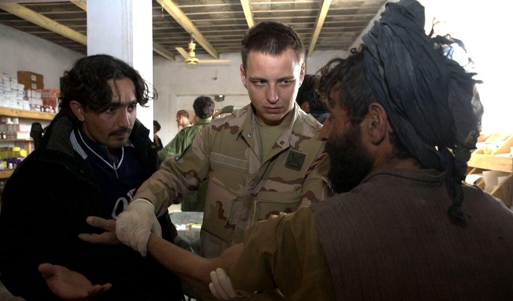 Militairen bieden medische hulp aan de lokale bevolking in Uruzgan.  (beeld anp / Richard Frigge)