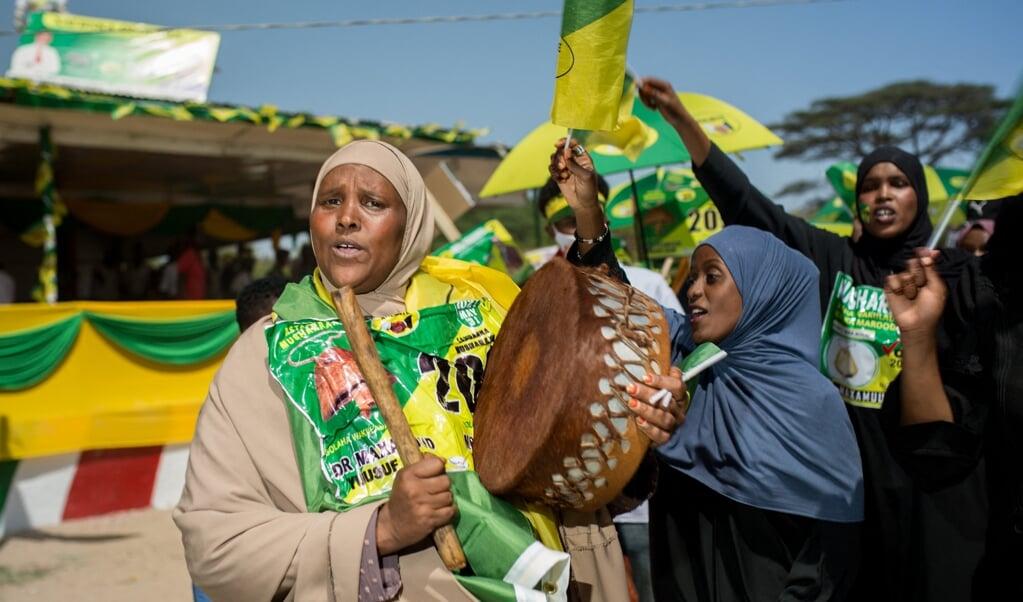 Aanhangers van regeringspartij Kulmiye dansen bij een verkiezingsbijeenkomst in 'hoofdstad' Hargeisa.  (beeld afp / Mustafa Saeed)