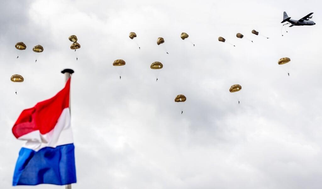 2018-09-22 12:29:56 EDE - De paradropping van de Rode Baretten op de Ginkelse Heide tijdens de herdenking van Market Garden. In het hele gebied rond Arnhem en Nijmegen zijn herdenkingen van de operatie in september 1944, waarmee de bevrijding van Nederland begon. ANP KOEN VAN WEEL  (beeld anp / Koen van Weel)