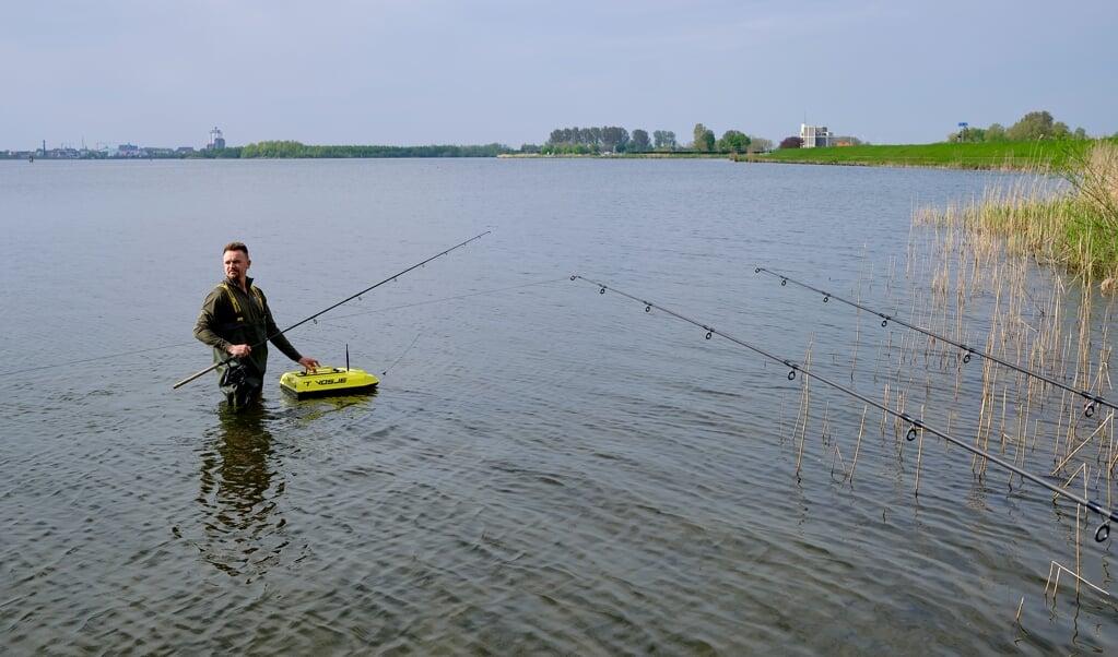 David de Vos tijdens het karpervissen in Harderwijk.  (beeld Dick Vos)