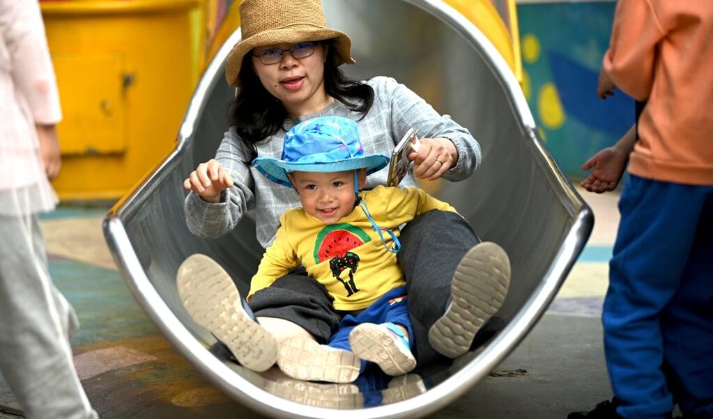 Sinds maandag mogen Chinese ouders drie kinderen krijgen.  (beeld afp / Noel Celis)
