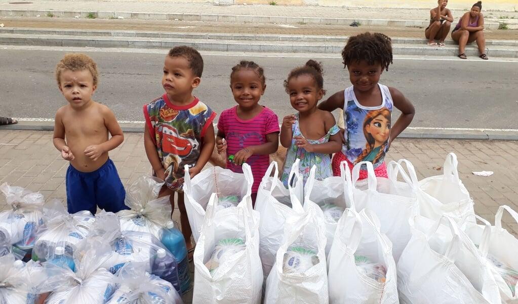 Kinderen uit de favela's bij een uitdeelactie van de hulporganisatie REMER.  (beeld ND)