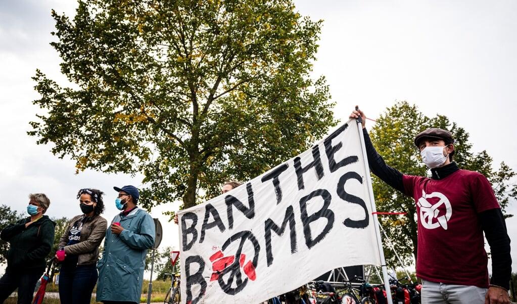 Een vorig jaar gehouden protest tegen nucleaire wapens bij vliegbasis Volkel. Het is een publiek geheim dat die wapens daar liggen. Het zou goed zijn als Nederland zijn nucleaire taken in beëindigt zodra de VS zijn B61-bommen van Volkel weghaalt.  (beeld anp / rob Engelaar)