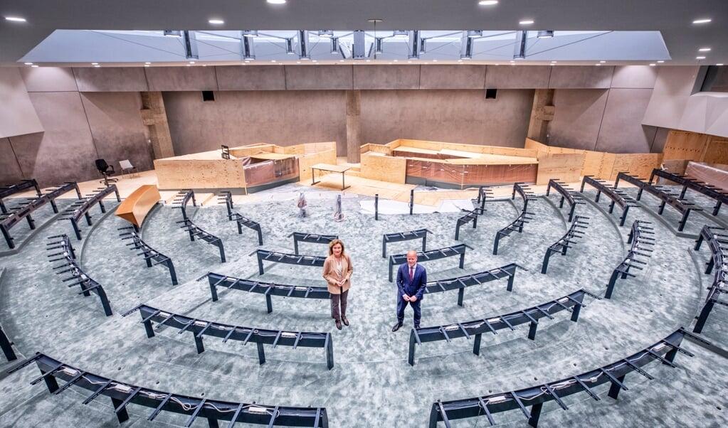 Kamervoorzitter Vera Bergkamp en demissionair staatssecretaris Raymond Knops in de tijdelijke vergaderzaal van de Tweede Kamer.   (beeld Raymond Rutting)