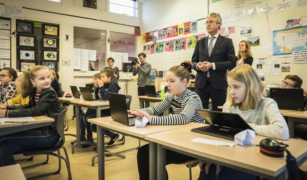 Demissionair minister Arie Slob gaat behoedzaam om met 'burgerschapsvorming', zo ervaren de christelijke onderwijsinstellingen.  (beeld anp / Vincent)