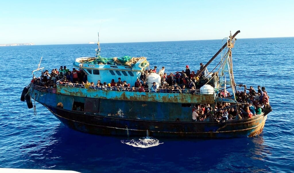 Een boot met 415 migranten aan boord bereikte dit weekend de Italiaanse kust.  (beeld epa / ansa)