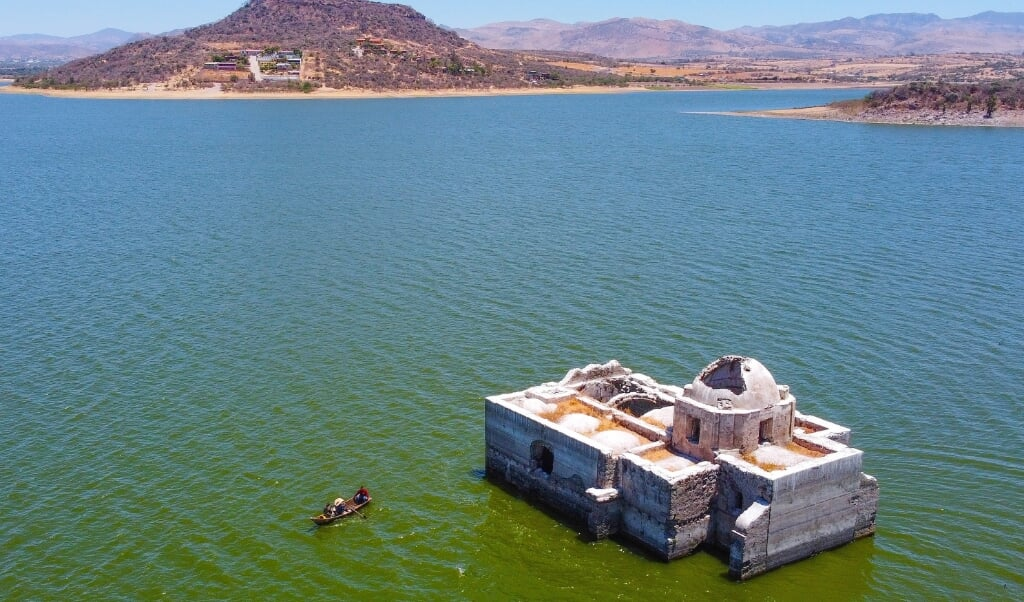 Aerial view of the Virgen de los Dolores Temple in Zangarro community, Guanajuato state, Mexico, 02 May 2021 (Issued 03 May 2021). Virgen de los Dolores (Our lady of Sorrows) temple, built in 1898, was flooded 40 years ago to build a dam. Heavy drought in the region has exposed its structure again. EPA/Luis Ramirez  (beeld epa / Luis Ramirez)