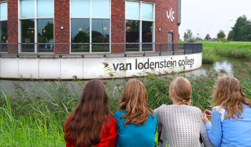 Leerlingen van het reformatorische Van Lodenstein College voor hun school.   (beeld anp / Piroschka van de Wouw)