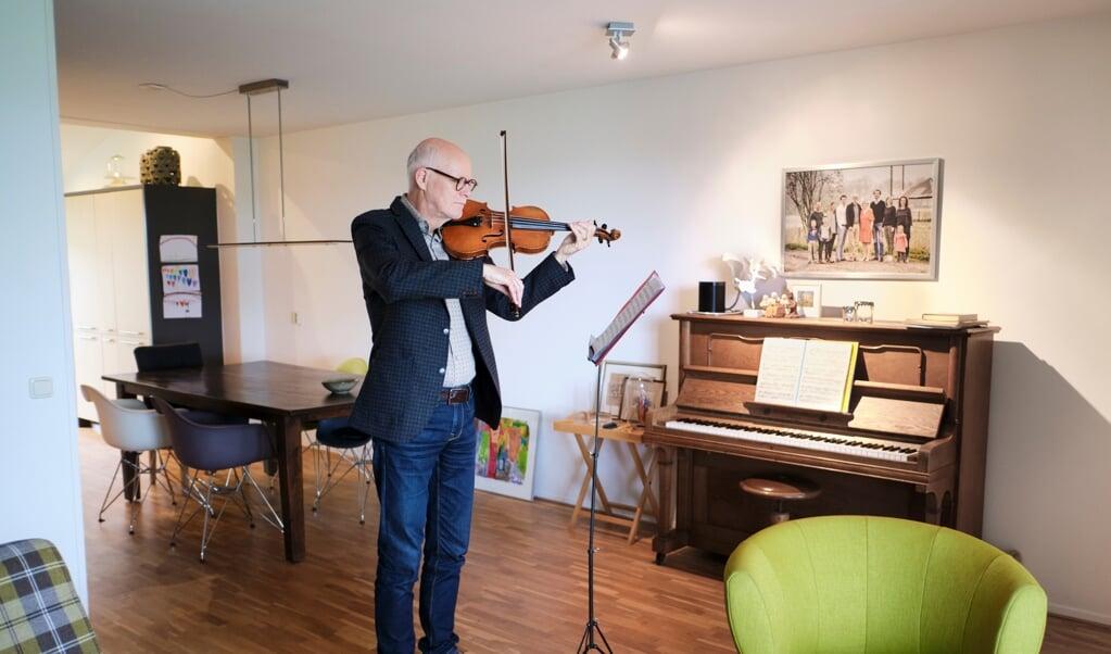 Frans Tijssen oefenend op zijn viool.  (beeld Dick Vos)