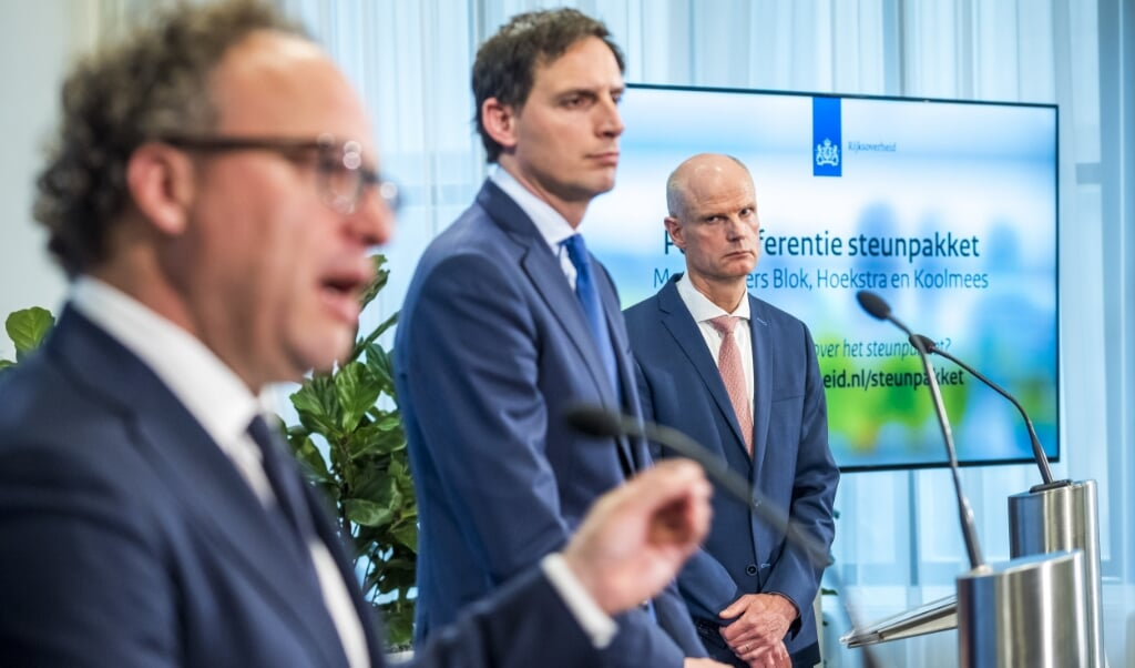 De ministers Koolmees, Hoekstra en Blok geven een toelichting op de verlenging van het steun- en herstelpakket voor banen en economie.  (beeld anp / Lex van Lieshout)