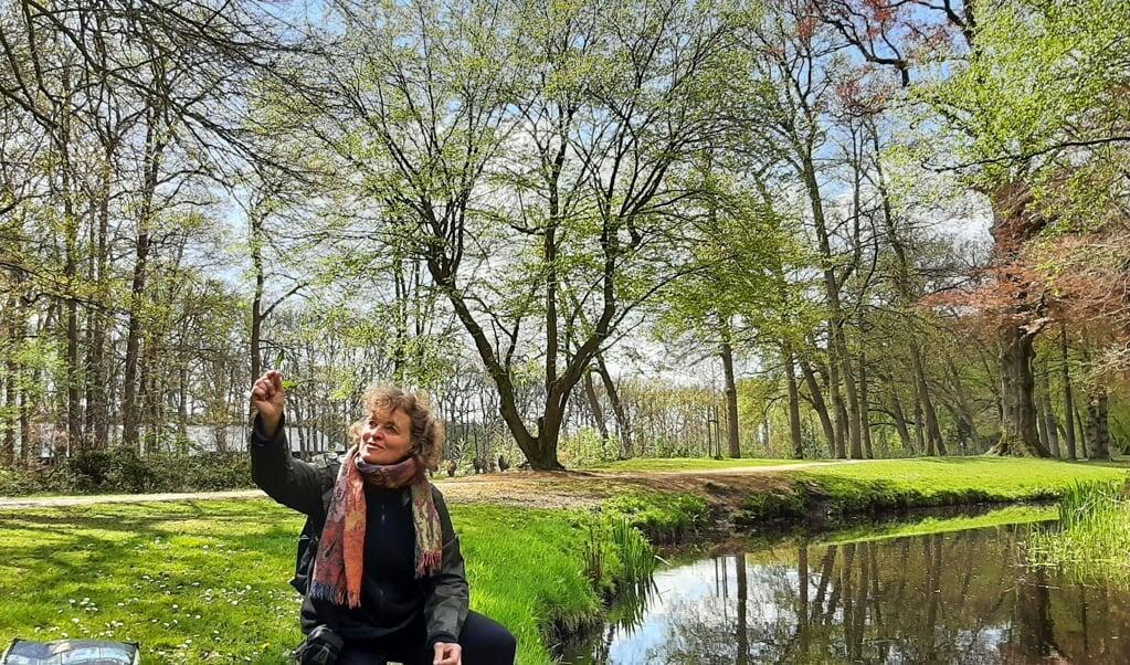 Elsje Bruijnesteijn eet al twintig jaar planten uit de natuur.  (beeld nd)