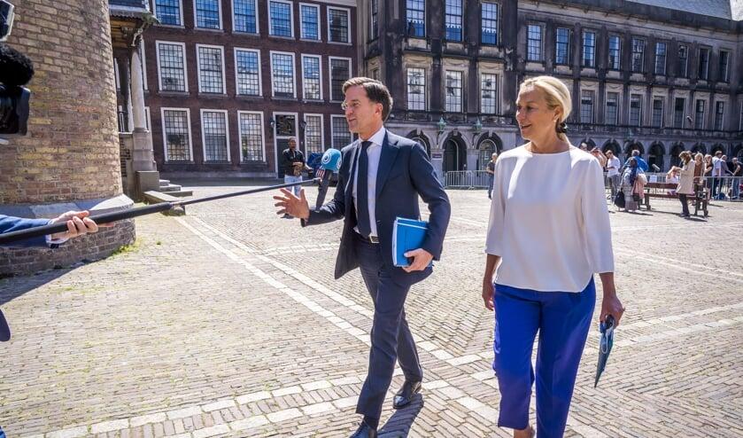 Fractieleider Mark Rutte (VVD) en fractieleider Sigrid Kaag (D66) staan de pers te woord na afloop van een gesprek met informateur Mariëtte Hamer.   (beeld anp / Lex van Lieshout)