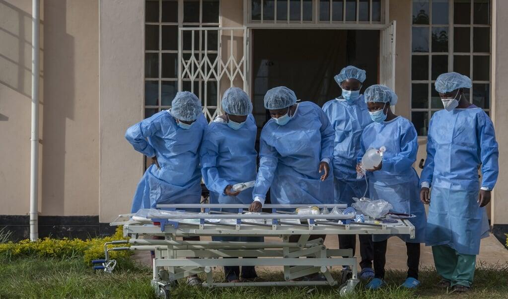 Medisch personeel bij de covid-afdeling van het Kamuzu Central Hospital in Lilongwe, Malawi.   (beeld afp / Amos Gumulira)
