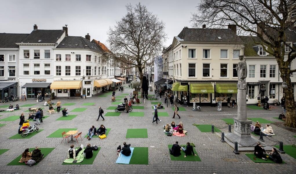 Een picknick-coronaprotest van zestig plaatselijke ondernemers op de Grote Markt in Breda, februari dit jaar. 'De dominantie van de zorgexperts verhindert een integrale aanpak en leidt tot tunnelvisie, groepsdenken (...).'  (beeld anp / Koen van Weel)