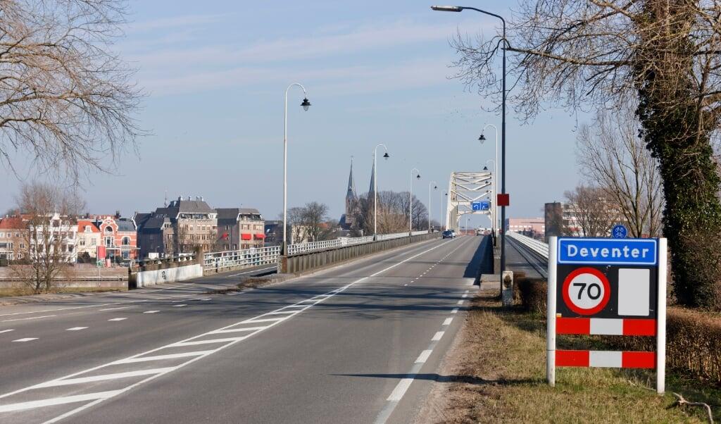 Wethouder Rob de Geest (PvdA, Wonen en Minimabeleid) ziet dat de woningmarkt in Deventer door instroom vanuit de Randstad nog meer onder druk is komen te staan.  (beeld istock)