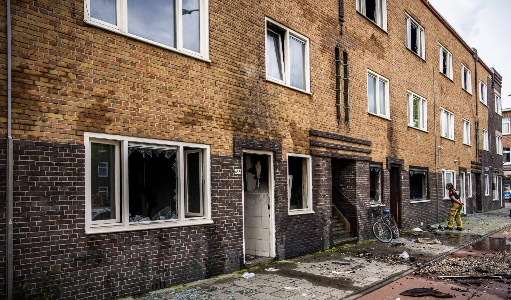 Brandschade in de Schilderswijk nadat er bij meerdere woningen een brand heeft gewoed. Zo'n 40 woningen zijn tijdelijk onbewoonbaar.  (beeld anp / Freek van den Bergh)