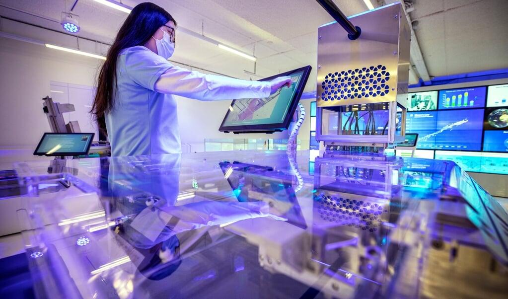 Een cleanroom in het ASML Experience Centre in Veldhoven. Het bedrijf is cruciaal voor de chipproductie in de wereld.  (beeld Raymond Rutting)