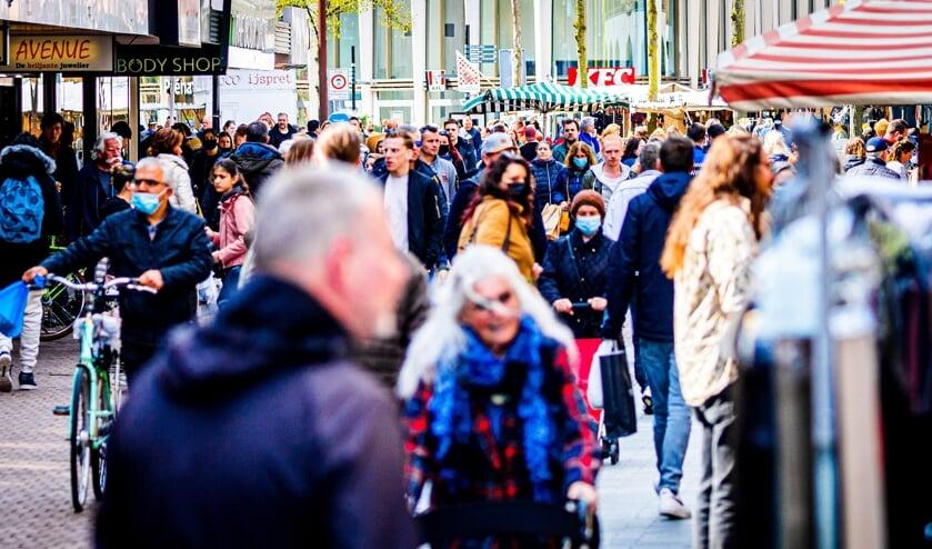 In de binnenstad van Dordrecht is het druk. Veel mensen gaan weer winkelen nu de winkels en terrassen weer geopend zijn in Nederland. ANP / hollandse hoogte / Jeffrey Groeneweg  (beeld Hollandse Hoogte / Jeffrey Groeneweg)
