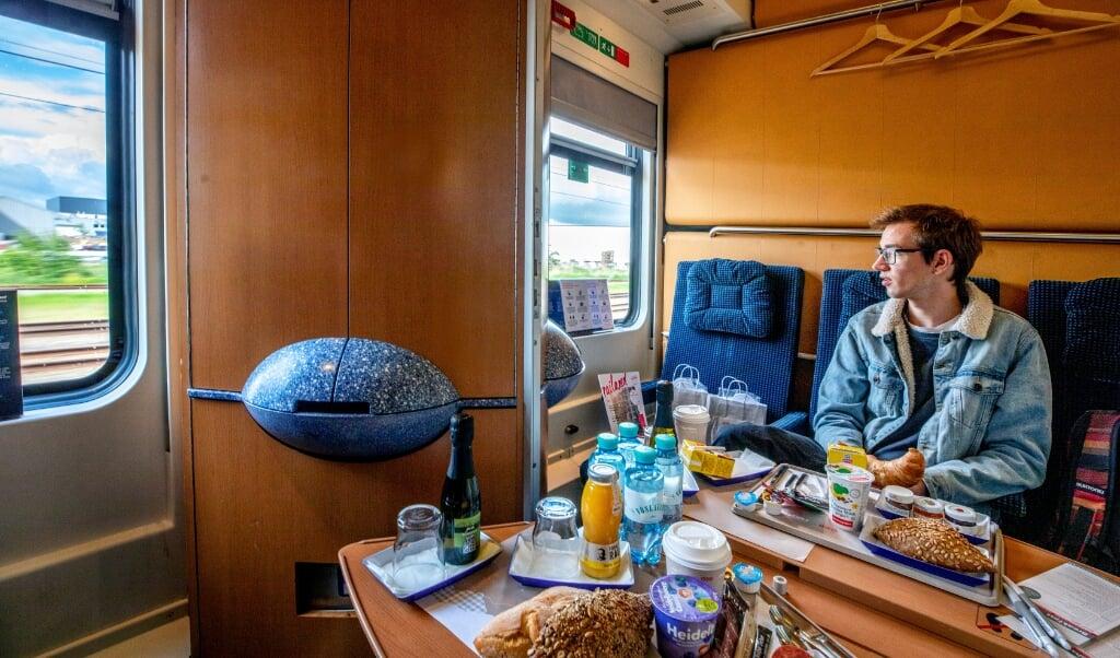 Aan boord van de nachttrein uit Wenen. De eerste zogeheten Nightjet uit Oostenrijk rijdt hiern richting CS Amsterdam- Student Philippe is een van de passagiers.  (beeld Raymond Rutting)