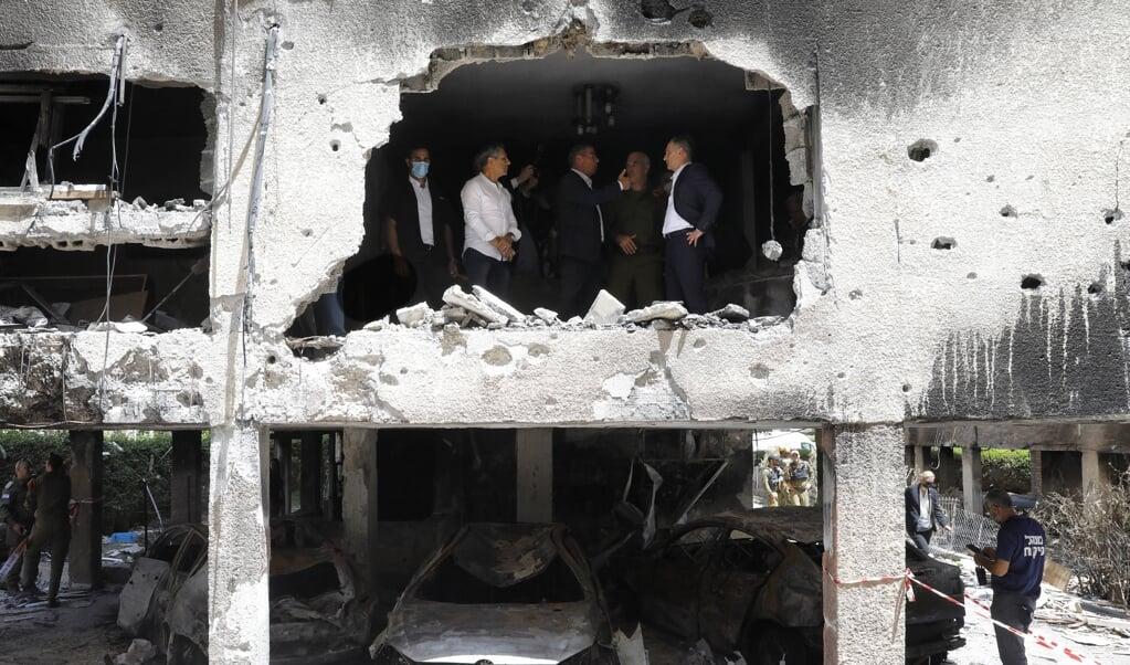 De Duitse minister van Buitenlandse Zaken Heiko Maas met zijn Israëlische collega Gabi Ashkenazi in de door raketten uit de Gazastrook getroffen stad Petah Tikva.  (beeld afp / Gil Cohen-Magen)